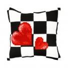 kruissteekkussen rode harten op zwart/wit